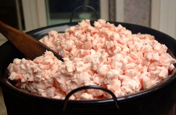 Bijela leđna slanina, koju Slavonci zovu safunjara ili sapunjara, narezana na kockice i pripravna za cvrenje (Snimila Marina Filipović Marinshe / Acumen)