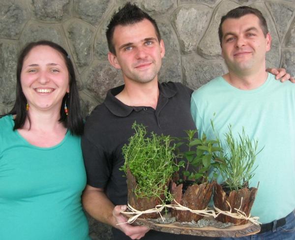 Filip Kencek sa svojim Green Friends u začinskom vrtiću i svojim zelenim pomagačima na Svečanosti začinskoga bilja (Snimio Miljenko Brezak / Oblizeki)