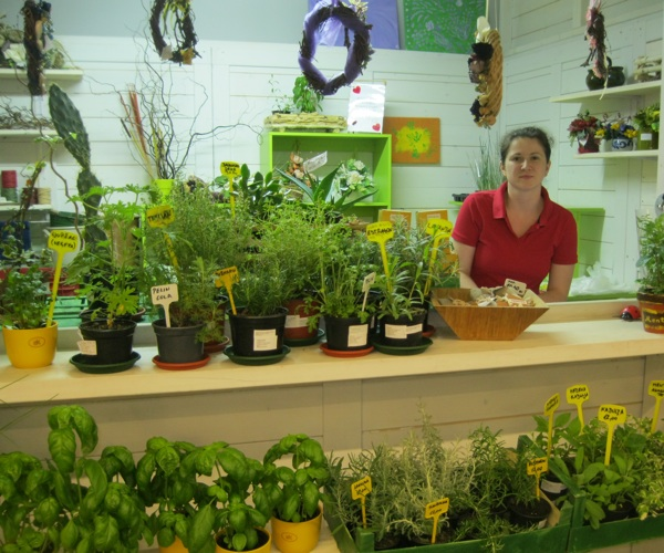 Katarina Kencek prodaje začinsko bilje Green Friends Sakowski u prizemlju šoping centra Cvjetno (Snimila Božica Brkan/ Oblizeki)