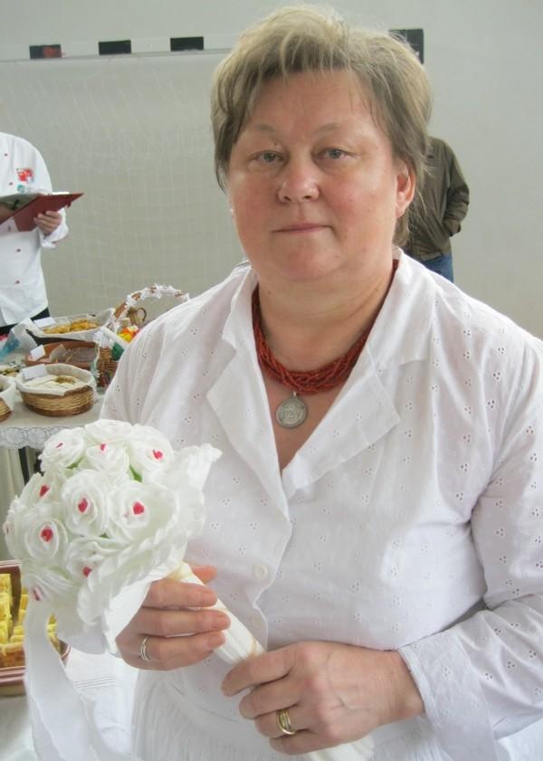 Božica Lacković s tradicionalnom papirnatom buketom mladenke (Snimila Božica Brkan / Oblizeki)