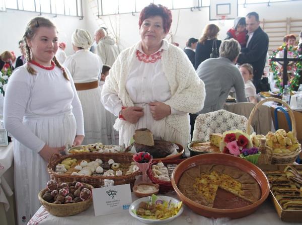 Gospođa Štefek sa svojom unukom i svojim izložbenim stolom (Snimila Božica Brkan / Oblizeki)