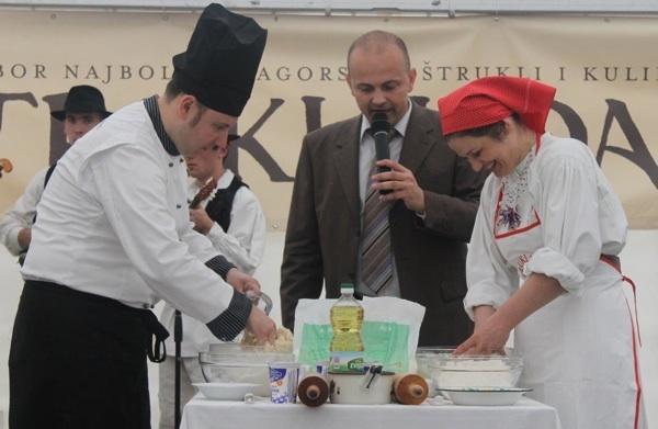 Dvoboj profesionalca i amaterke u pripremi zagorskih štrukla (Fotografija Krapinsko-zagorska županija)