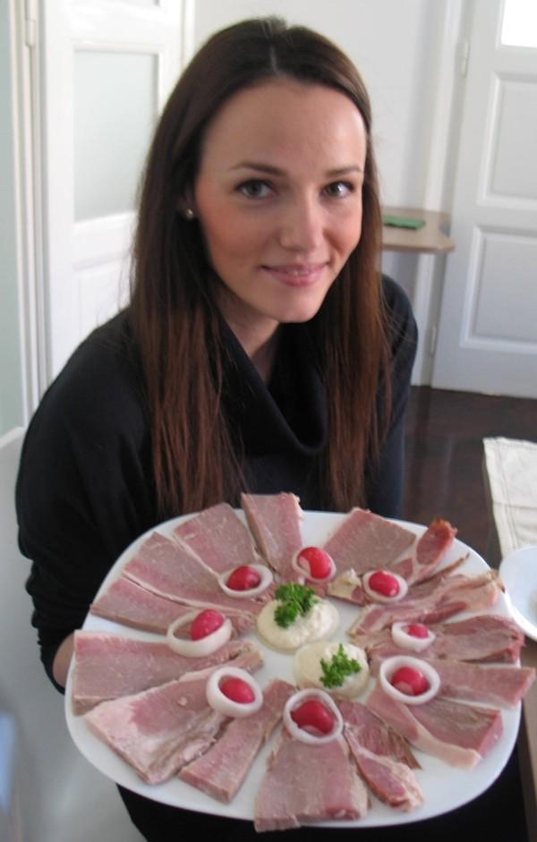 Nutricionistica Martina Ivanjko iz Centra za kulturu prehrane s kuhanom slavonskom šunkom kako se, jer je još nedovoljno osušena, poslužuje o Uskrsu (Snimila Božica Brkan / Acumen)