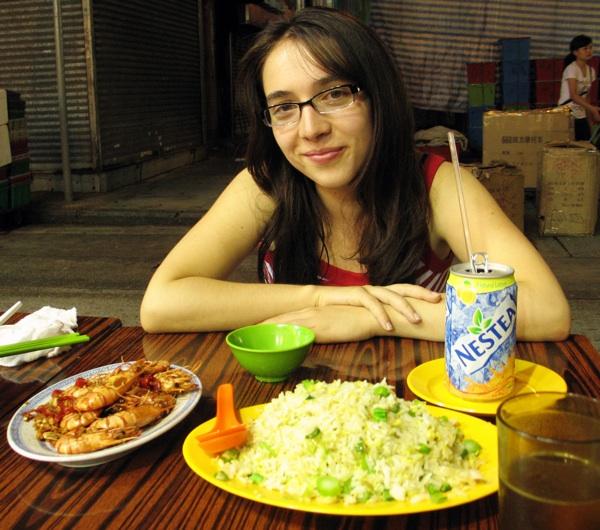 Marina Filipović Marinshe za stolom u uličnom restoranu (Snimio Ivan Brezak Brkan / Oblizeki)