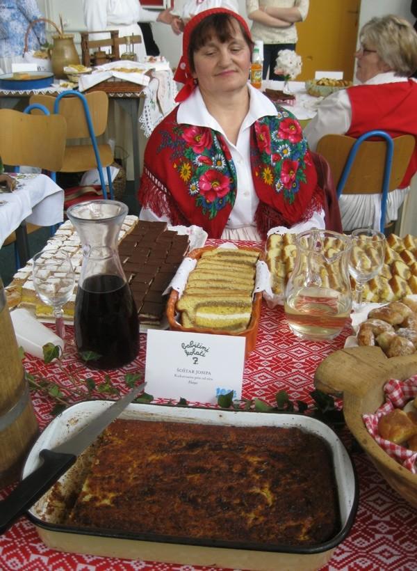 Gospođa Šoštar ponosna na svoj stol (Snimio Miljenko Brezak / Oblizeki)