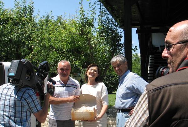 Tomislav Galović simbolično pred kamerama uručuje zajedničko pakiranje za darivanje svoga kulena i njihova pjenušca Barbari i Janezu Isteničima (Snimila Božica Brkan/ Acumen)