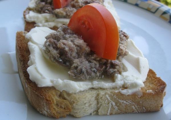 Sendvič na rustikalnome kruhu i siru ili sirnome namazu (Snimila Božica Brkan / Oblizeki)
