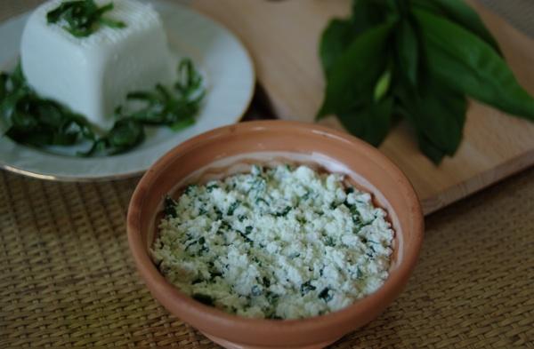 Rustikalno poslužen sir s vrhnjem i medvjeđim lukom, dakako u proljeće (Snimila Božica Brkan / Oblizeki)