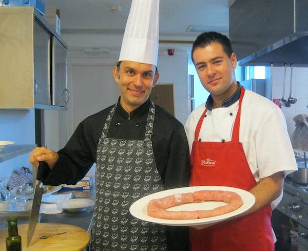 Priprema mamutskoga odreska Ivanić Grad u kuhinji Hotela Sport: chefovi Robert Slezak i ??? (Snimila Božica Brkan / Oblizeki)