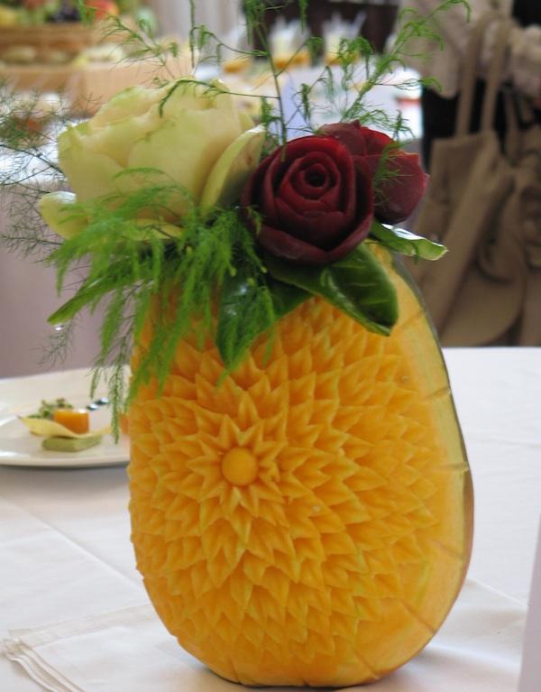 Ben-Mar je specijaliziran za catering, pa je uz jela predstavio i vazu rezbarenu od buče s cvijećem od povrća (Snimila Božica Brkan / Oblizeki)