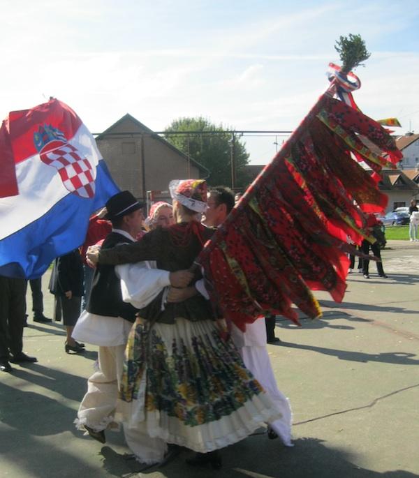 Svatovsko kolo sa zastavama (Snimio Miljenko Brezak / Oblizeki)