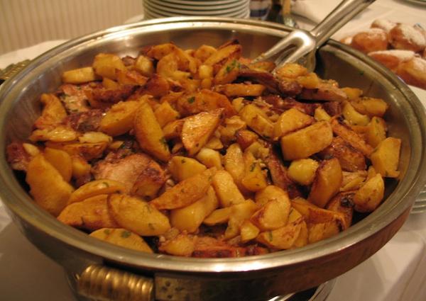 Poslužen na švedskome stolu i ne vidi se od krasno pečenih krumpira (Snimila Božica Brkan / Oblizeki)