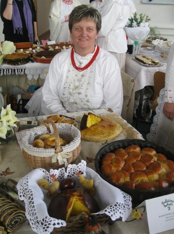 Gospođa Ljubica Radovečki za svojim izložbenim stolom (Snimio Miljenko Brezak / Oblizeki)