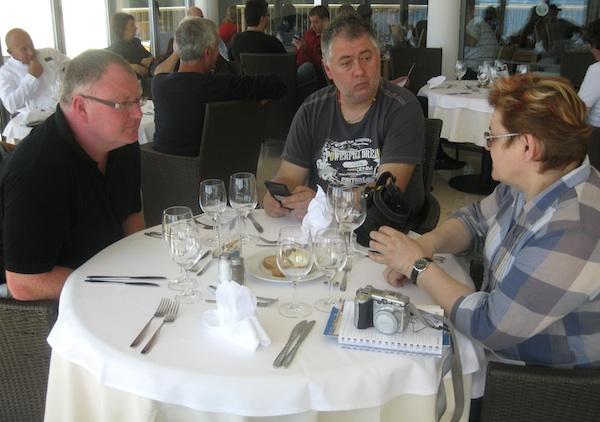 Hrana i piće povod za kušanje i diskusiju: Paul Bradbury iz Google Newsa, Slobodan kadić iz Glasa Slavonije i Božica Brkan s Oblizeka (Snimio Miljenko Brezak / Oblizeki)