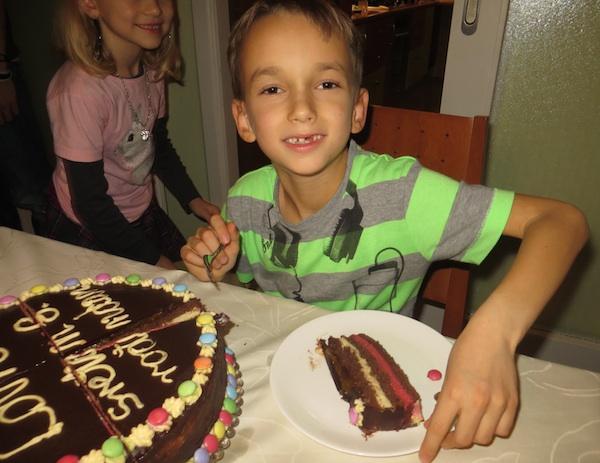 Ivin mlađi brat Lovro s maminom odnosno svojom, Lovrinom tortom na proslavi rođendana (Snimila Iva Komesar)