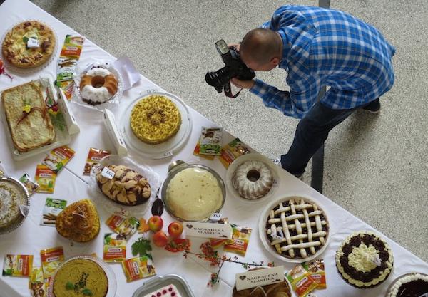 Novinar Dražen Kopač suočen samo s dijelom izloženih torti (Snimio Miljenko Brezak / Oblizeki)