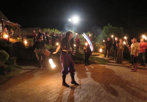 Predstava pod podravskim zvijezdama: dok jedni upozoravaju da je ura osma i da treba ići spavati, drugi se poput vještih žonglera igraju vatrom  (Snimila Božica Brkan / Oblizeki)