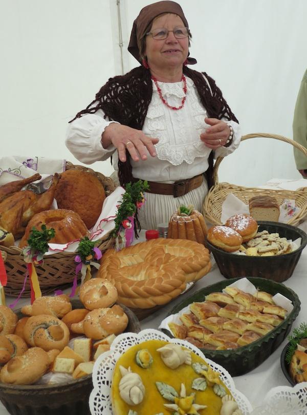 Marija Bračević sa svojim svadbenim stolom (Snimila Božica Brkan / Oblizeki)