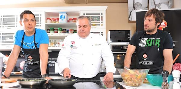Mario Valentić i Zlatko Horvat sa chefom Brankom Ognjenovićem uoči početka kulinarskoga dvoboja (Fotografija PIK)
