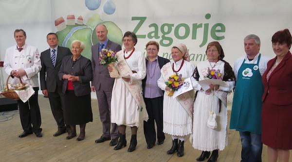 Na tronu: pobjednice, ocjenjivački sud te župan Željko Kolar s kolegama koji su dodijelili nagrade babicama (Snimio Miljenko Brezak / Oblizeki)