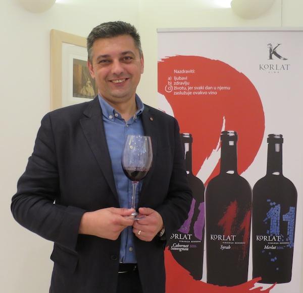Dubravko Ćuk, direktor vinogradarstva i vinarstva i glavni enolog Badela 1862, s Korlat Merlotom 2011 (Snimila Božica Brkan/ Oblizeki)