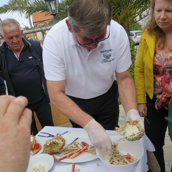 Osim salate i juhe od rakovice, konoba Silvana predstavila je i kako se čisti hobotnica (Snimio MIljenko Brezak / Oblizeki)