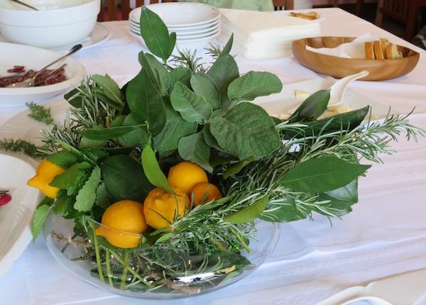 Puna zdjela lošinjskih boja i mirisa posred stola u restoranu Artatore Janja (Snimila Božica Brkan / Oblizeki)