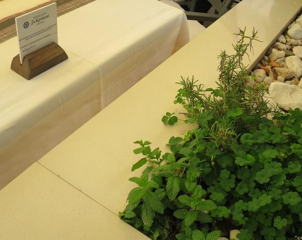 Terasa restorana Za kantuni odiše začinskim biljem i kraj stola i na stolu (Snimila Božica Brkan / Oblizeki)