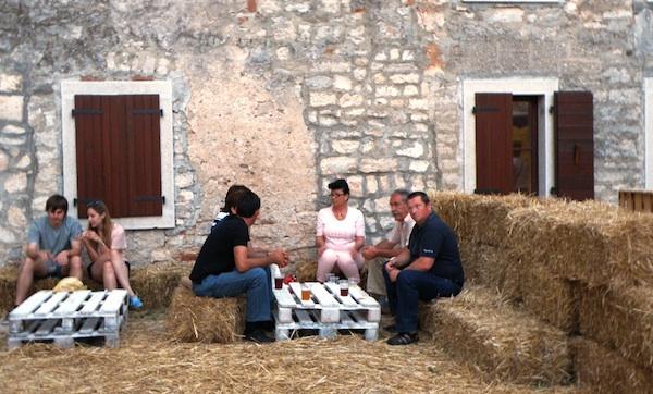 Slama kao ugođaj staje (Fotografija Festival sira u Svetvinčentu)