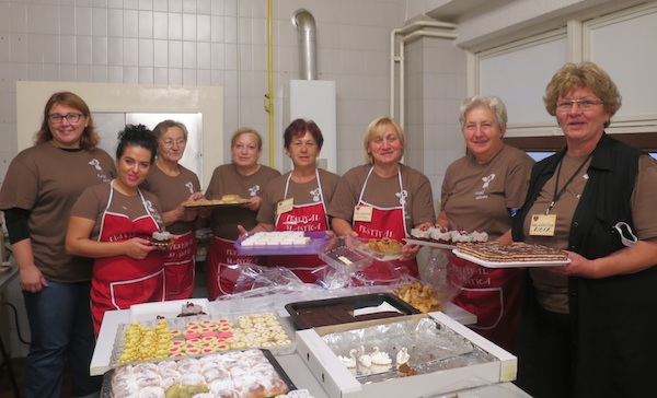 Volonterke, neke još od prvoga festivala davne 1994. godine, u kuhinji raspoređuju slastice (Snimio MIljenko Brezak / Oblizeki)
