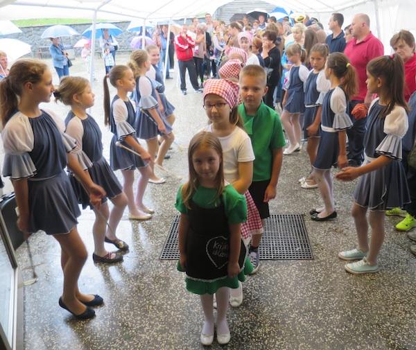 Djeca su se na darivanju slastica zahvalila zanimljivom priredbom (Snimio Miljenko Brezak  / Oblizeki)