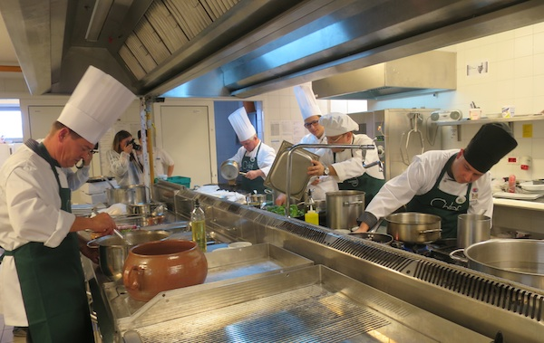 Gužva u kuhinji: Koliko još vremena imamo do izlaska? (Snimila Božica Brkan / Oblizeki)