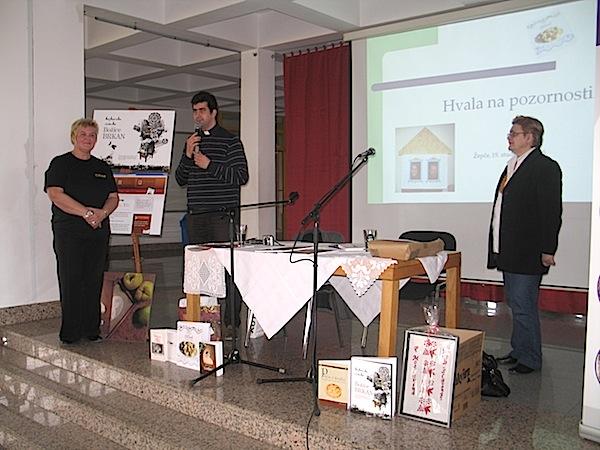Donacija knjiga izHrvatske za knjižnicu KŠC Don Bosco: slavica Moslavac, don i Božica Brkan (Snimio Miljenko Brezak / Oblizeki)