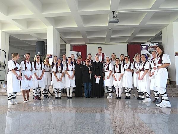 Učenici KŠC Don Bosco osjeveni za žetveni ples, njihova profesorica s. Elvira Lovrić, Slavica Moslavac i Božica Brkan prije prvoga nastupa (Snimio Miljenko Brezak / Oblizeki)