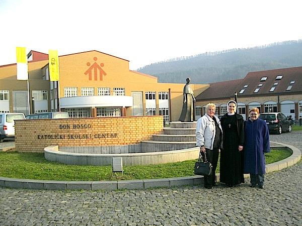 """Ispred kopleksa KŠC """"Don Bosco"""": Slavica Moslavac, e. Elvira Lovrić i Božica Brkan (Snimio Miljenko brezak / Oblizeki)"""