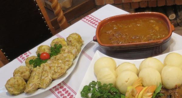 Lovački gulas s moslavačkim dizanim knedlima kuhanim na pari i okruglicama od kruha (Fotografija Božica Brkan / Oblizeki)