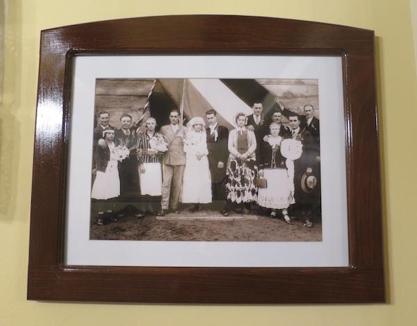 I fotografije svatova bake i djeda podsjećaju na vrijeme otprije mnogih desetljeća (Fotografija Oblizeki)