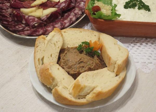 Različite salame i kobasice od divlječi, domaći sir s vrhnjem i odlična pašteta od divljači s domaćim kruhom (Fotografija Božica Brkan /
