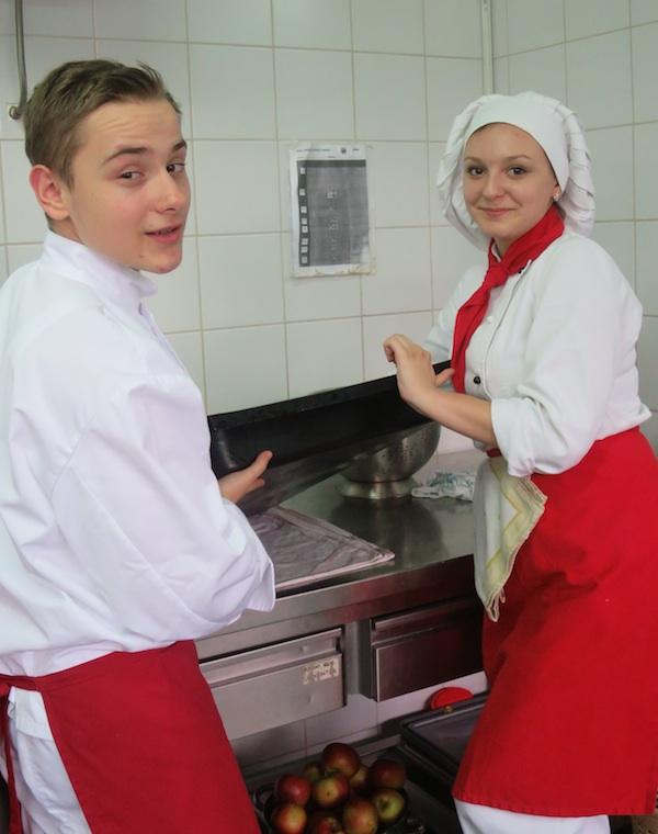 Kao u svakoj kuhinji, unatoč strojevima z aposuđe, uvijek je netko na redu da bude sudopera (Fotografija Oblizeki)