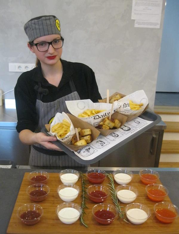 Mlada konobarica nudi specijalitete Chevaprollsa (Fotografija Božica Brkan / Oblizeki)