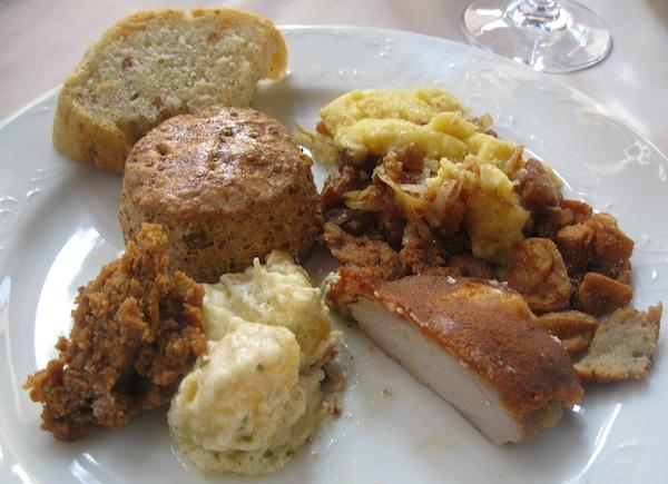 Tanjur jela pripremljenih s čvarcima, što tradicionalnih, a što novokreiranih (Fotografija Miljenko Brezak / Oblizeki)