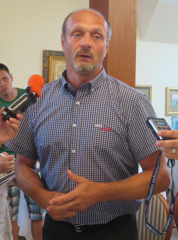 Anton Petrovič predstavlja prosjaču u Samoboru (Fotogorafija Miljenko Brezak / Oblizeki)