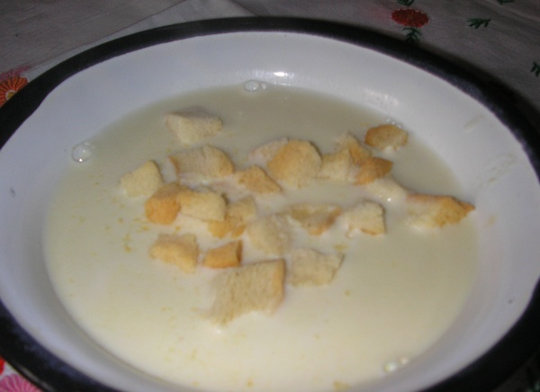 Bela juha nadrobljena kruhom (Fotografija Tibor Martan / Oblizeki)
