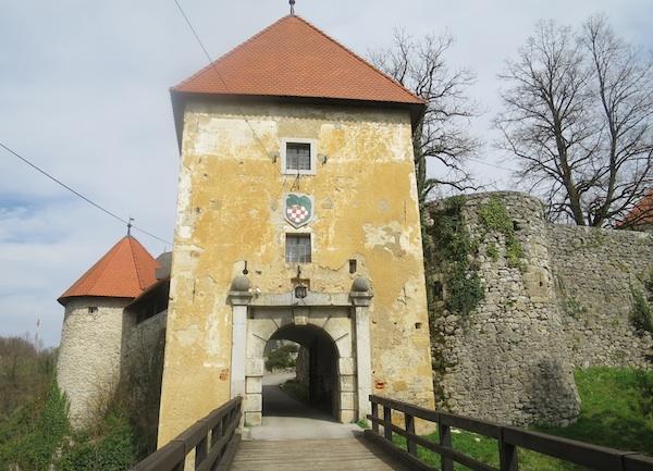 Ulazna kula u Stari grad (Fotografija Miljenko Brezak / Oblizeki)