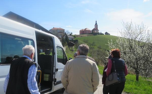 Gastronauti s pogledom na vivodinsku crkvu odakle odsutra i službeno starta jedba od vivodisnkih pješačkih staza (Fotografija Miljenko Brezak / Oblizeki)