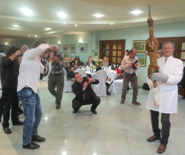 Show Ivana Žganjera s ražnjem prije rezanja vruće janjetine (Fotografija Miljneko Brezak / Oblizeki)