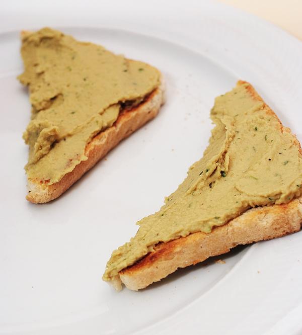 Jedan od načina posluživanja humusa, kao namaz na kruhu (Fotografija Marina Filipović Marinshe / Oblizeki)