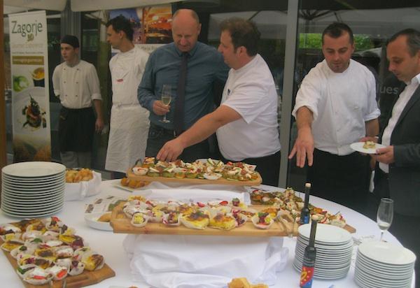 Predano tumačenje što je novo na zagorskom tanjuru: chef Marko Futivić tumači županu, a njegov zamjenik Mario Sili načelniku Marije Bistrice (Fotografija Miljenko Brezak / Oblizeki)