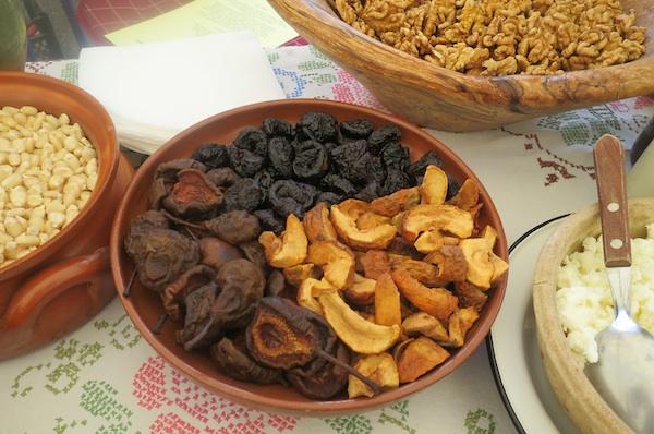 Suho voće sa stola Anđelke Bezjak potječe iz tradicijskoga zagorskog voćnjaka (Fotografija Božica Brkan / Oblizeki)
