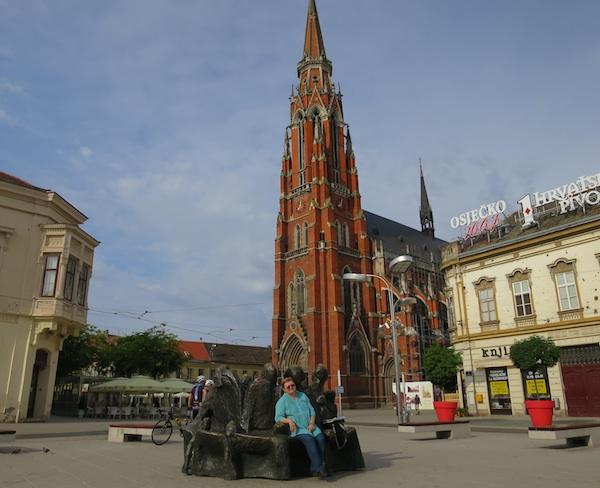 Pozdrav iz Osijeka: autorica teksta ispred osječke katedrale na glavnome gradskom trgu (Fotografija Miljenko Brezak / Oblizeki)